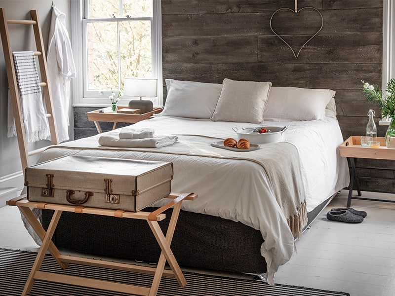 guest bedroom wiht luggage rack, hanging ladder an breakfast in bed