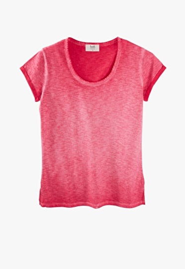 Scoop neck tee in a washed out hibiscus
