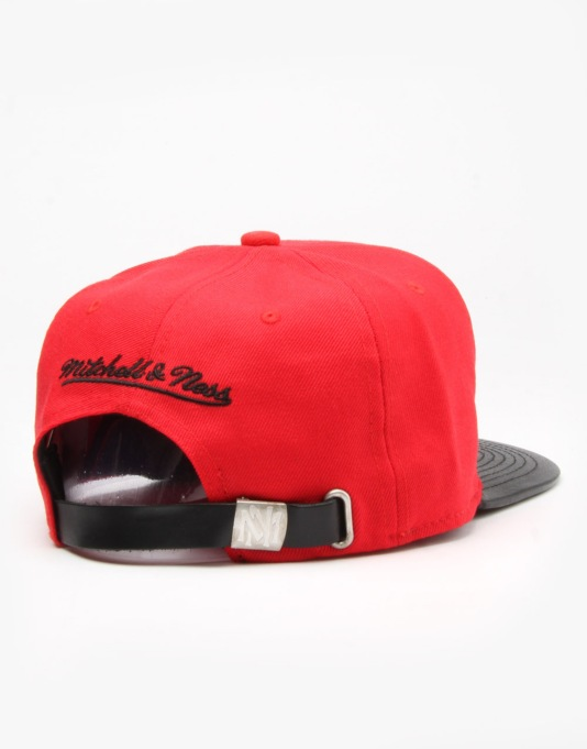 Mitchell & Ness NBA Chicago Bulls Team Wool Strapback Cap - Red/Black